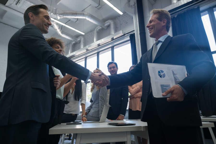 stretta di mano fra partner a un meeting
